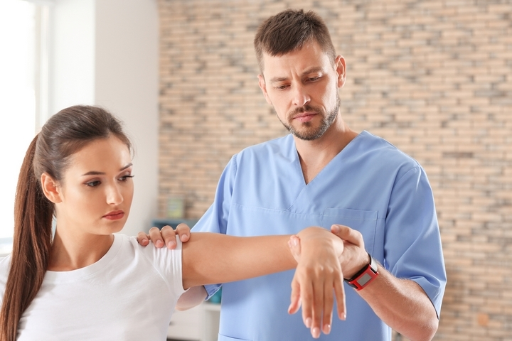 7 Sprained Arm Symptoms and Treatment Options